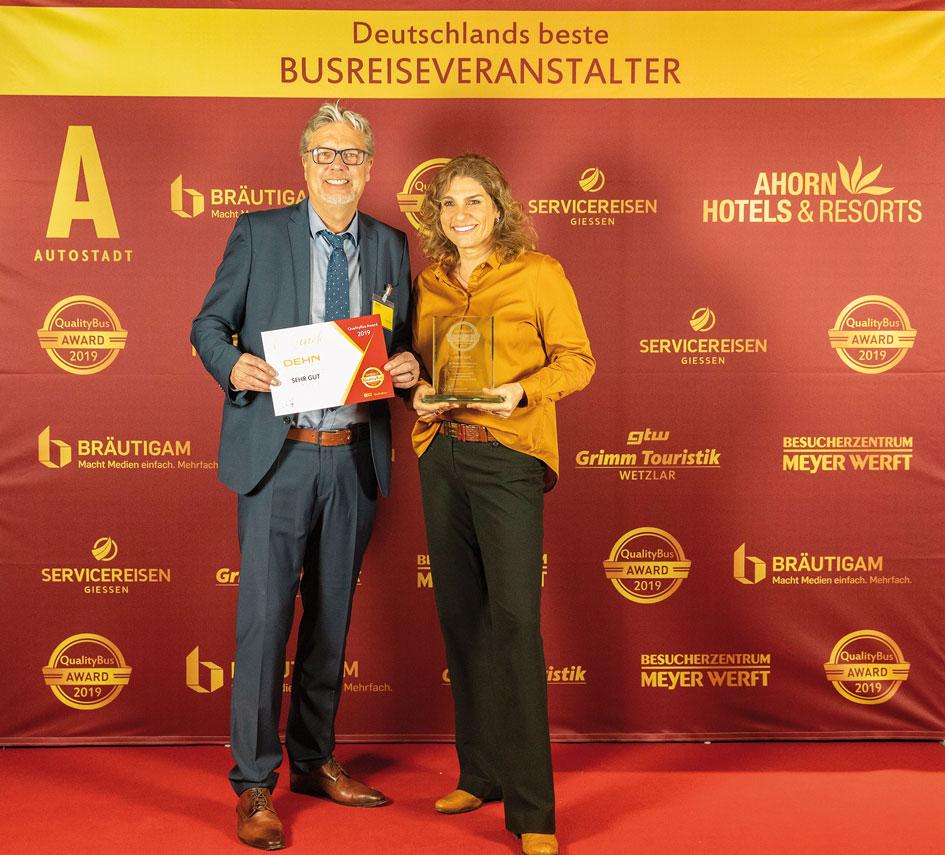 """Joachim und Katja Dehn haben mit Freude den """"Oscar"""" der Busreiseveranstalter entgegen genommen."""